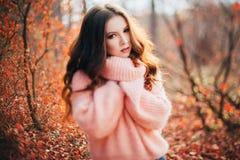 年轻性感的妇女在秋天森林里 库存图片