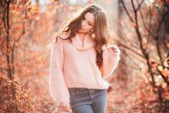 年轻性感的妇女在秋天森林里 库存照片