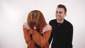 年轻恼怒的丈夫叫喊对妻子 疲乏的生气妇女告诉对人停止他的暴力 股票录像