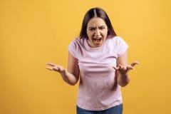 年轻恼怒的女孩尖叫 反叛年龄概念 库存照片