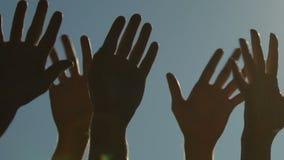 年轻愉快人上升和挥动的手,放松在开放空间节日 股票视频