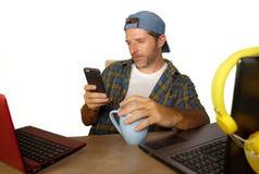 年轻愉快和可爱的千福年的商人与便携式计算机一起使用当互联网博客作者和技术怪杰在网上 免版税库存照片