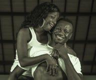 年轻愉快和有吸引力的黑美国黑人的夫妇人陈列六块肌肉腹部和妇女嬉戏骄傲和 免版税库存照片