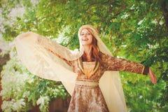 年轻愉快的中世纪女孩 库存照片