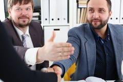 年轻愉快的商人开会议在办公室互相争论有不同的观点 库存照片