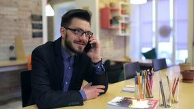 年轻愉快的商人谈话在电话 股票录像