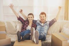 年轻愉快的夫妇 移动,新的居住购买  免版税库存图片