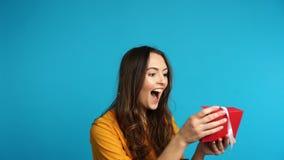 年轻愉快的妇女开头礼品券,她被激发并且惊奇 股票录像