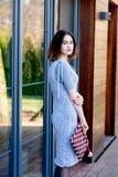 年轻愉快的妇女画象灰色的编织了礼服 库存图片
