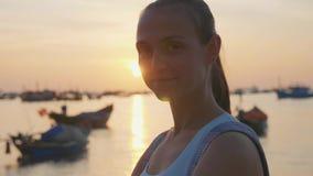 年轻愉快的妇女画象看照相机在慢动作的海滩 影视素材