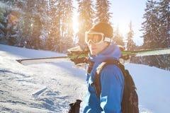 年轻愉快的微笑的滑雪者,寒假画象  免版税库存图片