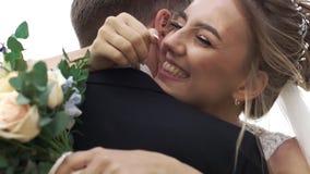 年轻愉快的新娘和新郎容忍和高兴在他们的婚礼 股票视频