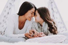年轻愉快的母亲和小女儿一起 库存照片
