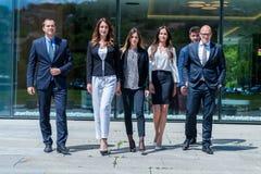 年轻成功的企业队画象在办公室外 免版税库存照片