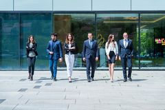 年轻成功的企业队画象在办公室外 库存图片