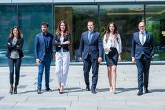 年轻成功的企业队画象在办公室外 库存照片