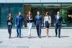 年轻成功的企业队画象在办公室外 免版税库存图片