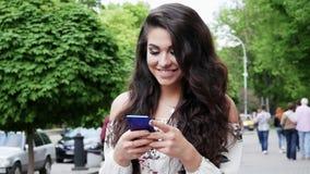 年轻成功的西班牙妇女使用一个手机 影视素材