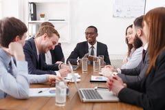 年轻成功的队企业合作会议与非裔美国人的公上司的 免版税库存照片