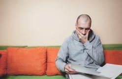 年轻或便服的中年病的人读军医结果的在从他的医生的纸和意识到他有  库存图片