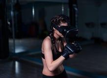 年轻戴着拳击手套的VR玻璃的战斗机拳击手适合的女孩 图库摄影