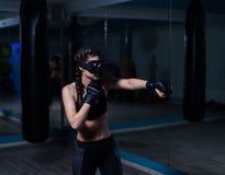 年轻戴着拳击手套的VR玻璃的战斗机拳击手适合的女孩 库存图片