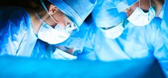 年轻手术队在手术室 库存图片