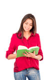 年轻拉丁女孩阅读书 免版税图库摄影