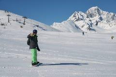 年轻挡雪板采取selfie,当努力去做在滑雪道下在瓦尔d `奥斯塔,意大利时的La Thuile 库存图片