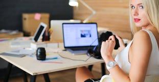 年轻摄影师和图表设计师在工作 免版税图库摄影