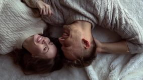 年轻放松的夫妇在家一起冬天概念说谎的微笑 影视素材