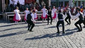 年轻斯洛伐克的民间舞蹈执行在一个展示在蒂米什瓦拉,罗马尼亚 股票视频