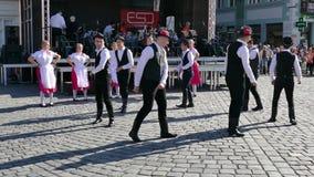 年轻斯洛伐克的民间舞蹈执行在一个展示在蒂米什瓦拉,罗马尼亚1 影视素材