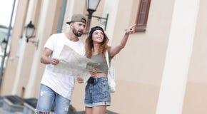 年轻旅游加上寻找方式的地图 库存照片