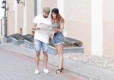 年轻旅游加上寻找方式的地图 免版税库存照片