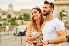 年轻旅游夫妇 库存图片