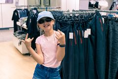年轻时髦女孩在百货店 免版税库存图片