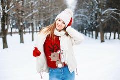 年轻时髦的女孩在一个温暖的冬天在一个冬天给走穿衣 免版税库存照片