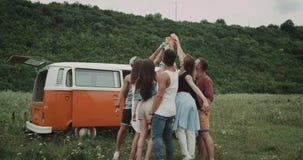 年轻时髦的朋友有了不起的时光在自然,互相的欢呼和喝某事从五颜六色 股票视频