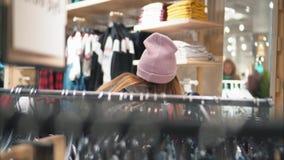 年轻时髦的行家女性在商店选择新的衣裳 购物 影视素材