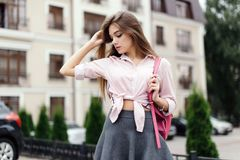 年轻时髦的行家妇女时尚画象  库存图片