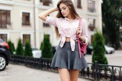 年轻时髦的行家妇女时尚画象  免版税库存照片