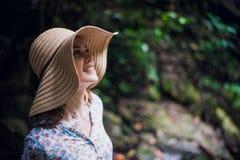 年轻有吸引力女性微笑在密林森林里,暑假画象  享用在的少妇新鲜空气 免版税库存图片