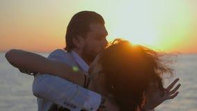 年轻有吸引力的在海或海洋附近的夫妇跳舞的拉丁bachata画象  阳光背景 夏时,浪漫 影视素材