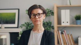 年轻有吸引力的女实业家身分画象在看照相机的办公室 影视素材