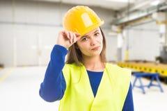 年轻有吸引力的女性工程师问候 免版税库存图片