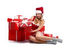 年轻有吸引力的女性开头圣诞节礼物 库存照片