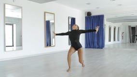 年轻有吸引力的妇女跳舞在演播室 影视素材