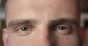 年轻有吸引力的白种人男性面孔特写镜头画象与看照相机的眼睛的 股票视频