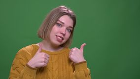 年轻有吸引力的短发女性陈列特写镜头射击微笑的赞许看照相机有背景 股票视频